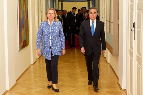 Chinese State Councilor and Foreign Minister Wang Yi walks with Austrian Foreign Minister Karin Kneissl in Vienna, July 5, 2018. /Photo via MOFA