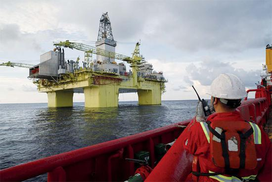 A worker checks one of CNOOC's deep-water drilling platforms in the South China Sea. (Photo/Xinhua)