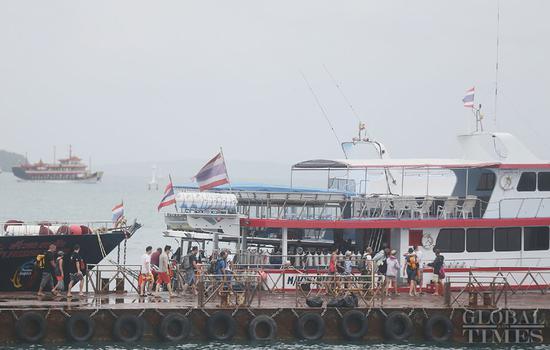 两艘船倾覆后瞥见普吉岛,炸死42人