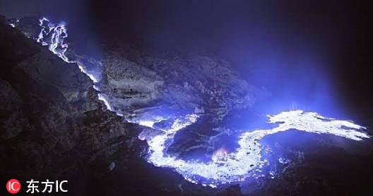 印尼火山喷出蓝色火焰到夜空中