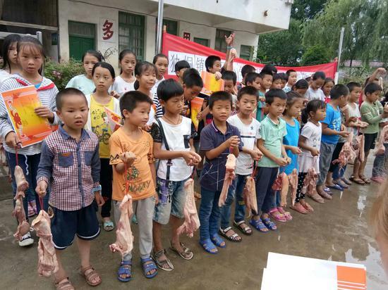 Pork, an innovative reward for pupils in Chinese village