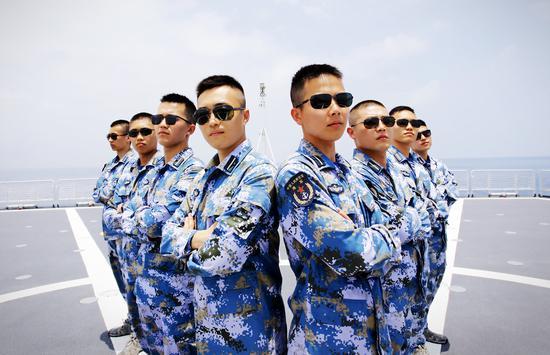 Graduation photos of Dalian naval students