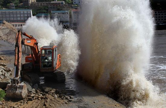 Waves crash against the shoreline of Wenling, Zhejiang province, on Monday, as super typhoon Maria approaches. Huge waves developed in coastal areas of Shitang township.  (Photo/China Daily)