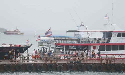 Chinese tourists board a ship off Chalong pier in Phuket on Monday morning. The Phuket tourist boat accident has not stopped travels to the sea amid calls for better security. (Photo: Cui Meng/GT)