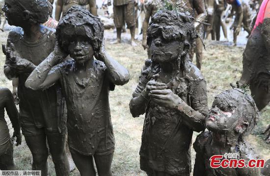 孩子们在密歇根泥日玩脏话