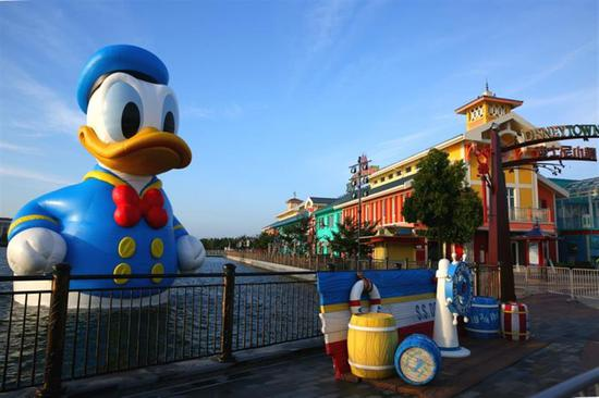 Giant rubber Donald Duck makes a splash in Shanghai Disney Resort