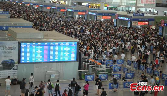 Rainstorms leave passengers stranded in Chengdu