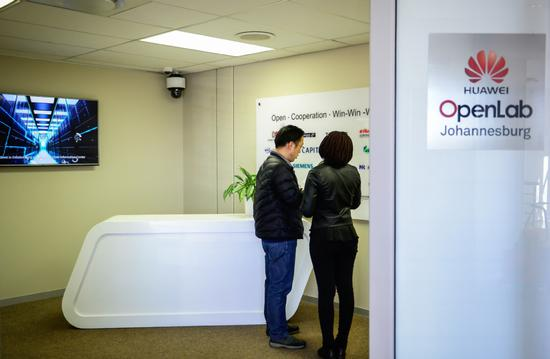 Two technicians at Huawei Technologies Co Ltd's OpenLab in Johannesburg, South Africa. (Photo/Xinhua)