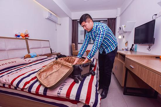 A tenant moves into a fully-furnished, ready-for-occupancy flat, which is part of an exclusive apartment for young professionals, in Chengdu, Sichuan Province. (Photo by Wang Huan/for China Daily)