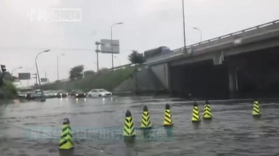 Rainstorm disrupts traffic in urban Beijing