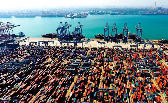 Aerial photo taken on May 4, 2018 shows an automatic container dock in Qingdao, East China's Shandong Province. (Photo/Xinhua)