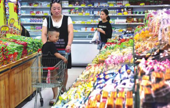Shoppers at a supermarket in Shijiazhuang, capital of Hebei province. (Photo by Jia Minjie/For China Daily)