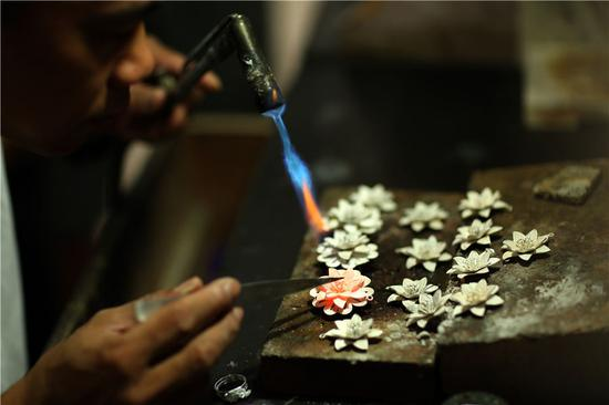 Silversmith aims to build artisan village in Guizhou
