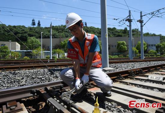 Technicians ensure railway safety on hot summer days