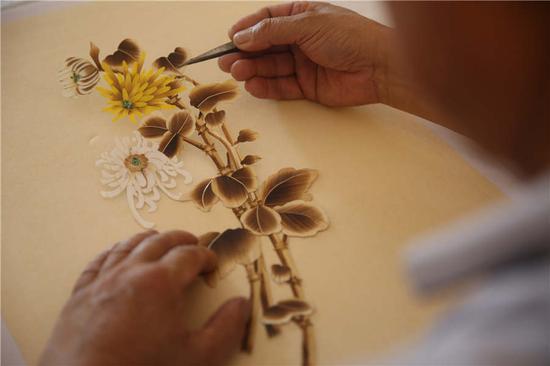 Qingdao farmer dedicated to straw painting