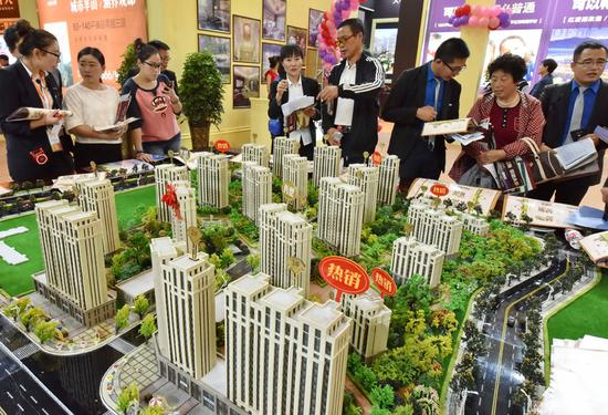 Potential homebuyers at a property expo held in Dalian, Liaoning province.(Photo for China Daily/Wang Xizeng)