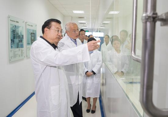 Premier Li Keqiang visits Shanghai Roche Pharmaceuticals Ltd, a company specializing in anti-cancer drugs, on April 10, 2018.(Photo/gov.cn)
