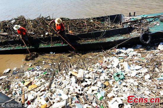 Flood-borne garbage on Yangtze River