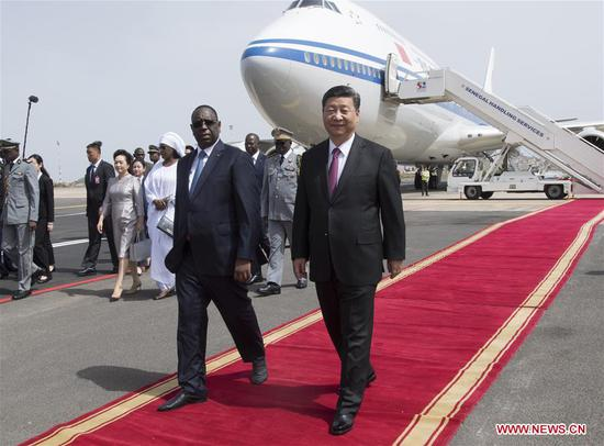 Chinese President Xi Jinping, accompanied by Senegalese President Macky Sall, inspects the guard of honor at the airport in Dakar, Senegal, July 21, 2018. Xi arrived here Saturday for a state visit to Senegal. Sall held a grand welcome ceremony in Xi's honor. (Xinhua/Xie Huanchi)