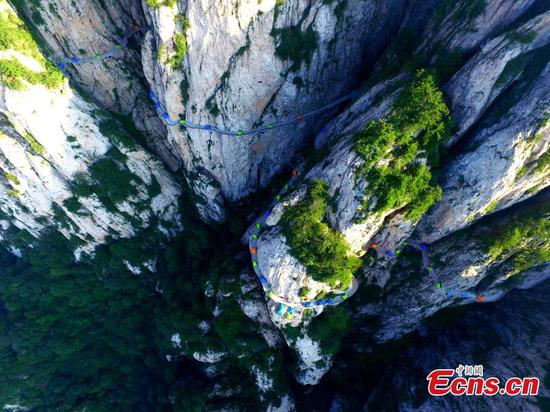 Camping on cliff road attracts tourists in Henan