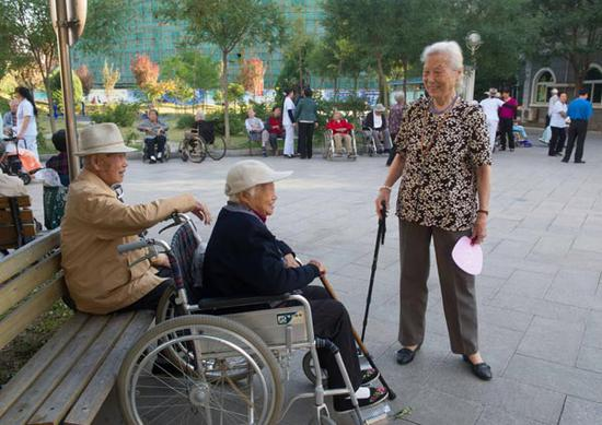 Senior citizens chat at a retirement home in Beijing. (Photo/Xinhua)
