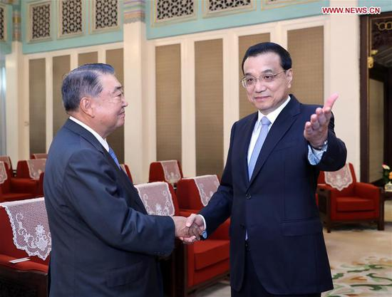 Chinese Premier Li Keqiang (R) meets with Tadamori Oshima, speaker of the House of Representatives of the Japanese parliament in Beijing, capital of China, July 24, 2018. (Xinhua/Ju Peng)