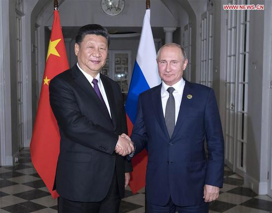 Chinese President Xi Jinping (L) and his Russian counterpart Vladimir Putin hold a meeting and also have dinner together in Johannesburg, South Africa, July 26, 2018. (Xinhua/Li Tao)