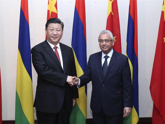 Chinese President Xi Jinping (L) meets with Mauritian Prime Minister Pravind Jugnauth during his friendly visit to the country in Port Louis, Mauritius, July 28, 2018. (Xinhua/Pang Xinglei)