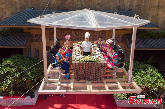 Nobody dares eat rice noodles 50 meters high in the sky