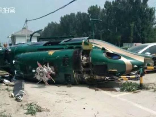 A helicopter crashes near Jixiangsi bridge in Beijing around 11 a.m. , July 30, 2018. (Photo/Screenshot on Weibo)