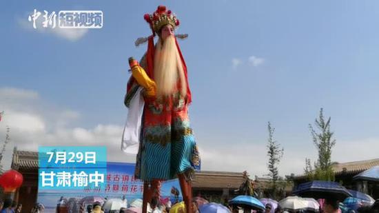Stilt walkers wow visitors at folk culture festival in Gansu