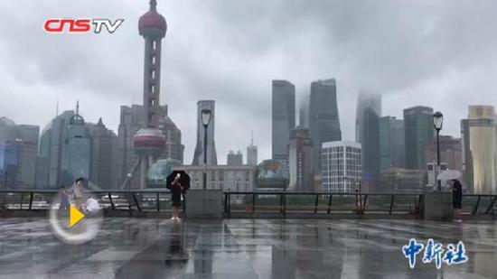 Jongdari, the 12th typhoon this year, makes landfall in coastal Jinshan District in southwest Shanghai at around 10:30 a.m., Aug. 3, 2018. (Photo/Screenshot on CNS TV)