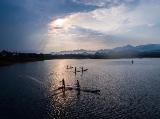 舒缓的夏日风光笼罩着浙江千岛湖