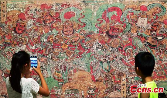 Colorful murals on show in Shijiazhuang
