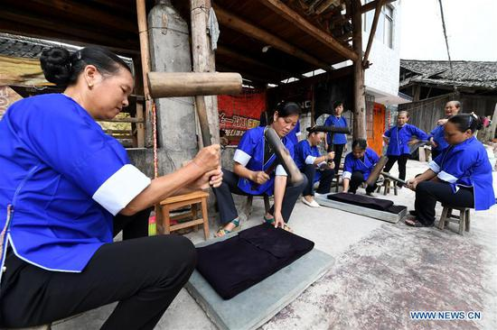 Process of making Dong cloth at Linxi Village, Guangxi