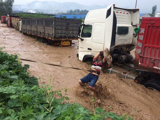 15 drivers saved from mountain floods