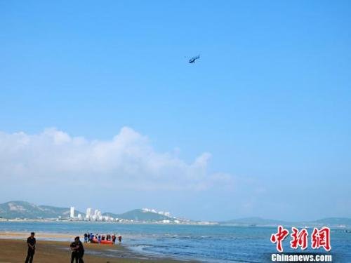 Rescuers search the missing twin girls at a beach in eastern Qingdao City, Shandong Province, Aug. 6, 2018. (Photo/China News Service)