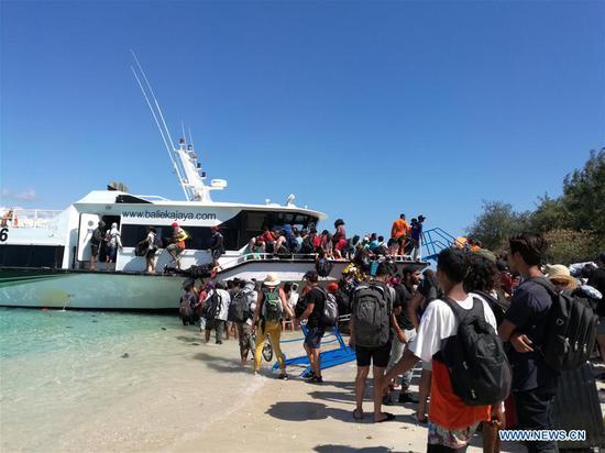Visitors evacuate from Gili Trawangan near Lombok Island in Central Indonesia, Aug. 6, 2018. (Photo/Xinhua)