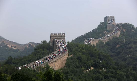 Visitors climb the Badaling Great Wall in Beijing's Yanqing district on Saturday. (Photo provided to China Daily)