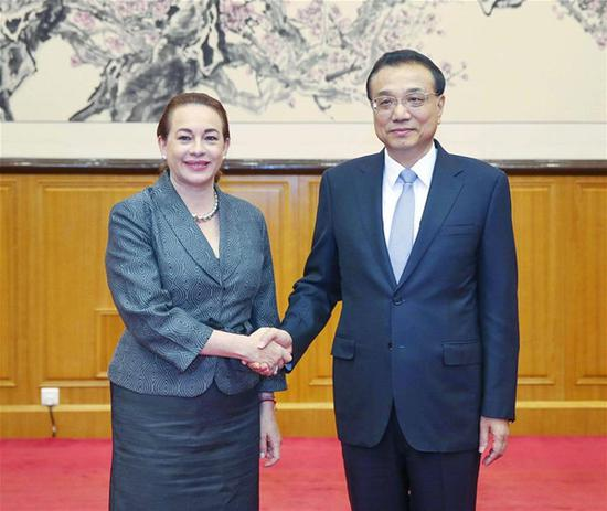Chinese Premier Li Keqiang (R) meets with United Nations General Assembly (UNGA) president-elect Maria Fernanda Espinosa Garces in Beidaihe, north China's Hebei Province, Aug. 8, 2018. (Xinhua/Liu Weibing)