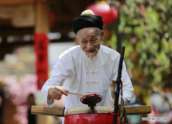 Folk artist performs Daliuzi in Hunan