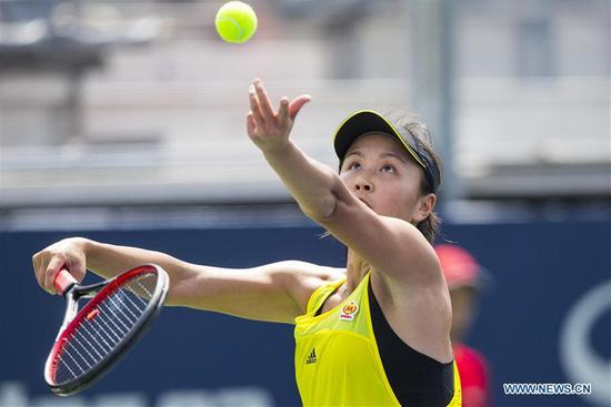 Peng Shuai of China serves to Ekaterina Makarova of Russia during their first round match of women's singles at the 2017 Rogers Cup in Toronto, Canada, Aug。 8, 2017. (Photo/Xinhua)