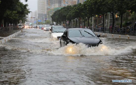 海南因热带低压而遭受暴雨袭击