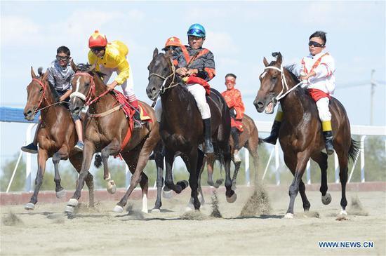 民俗旅游节在中国西北的新疆开幕