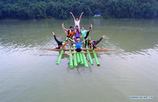 学生在贵州练习单竹漂流