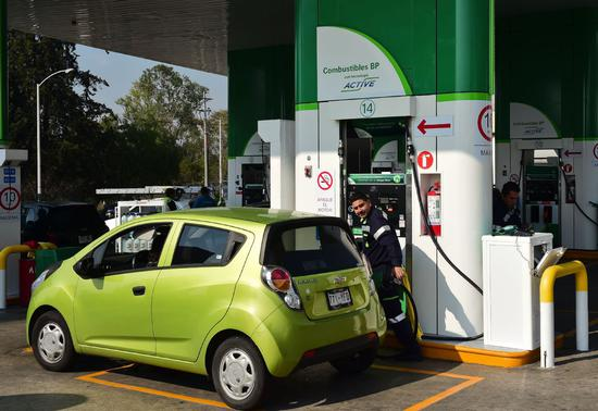 A sedan receives gasolene at a gas station of BP-PetroChina Petroleum Company Ltd, a joint venture between BP and PetroChina, in Shunde, Guangdong province. The JV began operations in 2001 and now operates more than 440 outlets across the Pearl River Delta region in South China. (Photo provided to China Daily)