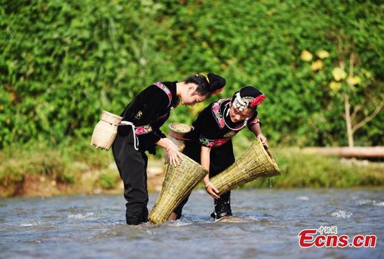 苗族在贵州举行钓鱼节