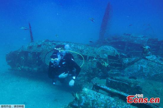 潜水员探索埋在海中的第二次世界大战战斗机
