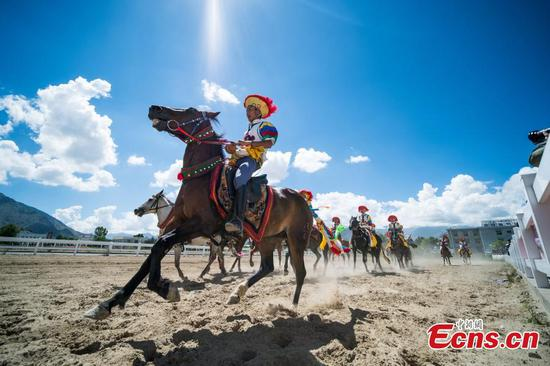 Horsemanship stunts celebrate Yogurt Festival in Tibet