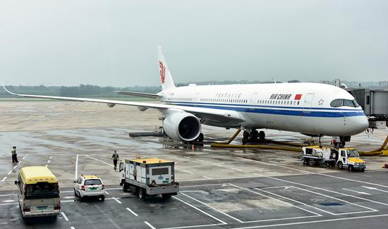 The Airbus 350-900 that entered service as Air China flight CA1557 waits at Beijing Capital International Airport before departing for Shanghai Hongqiao International Airport on Tuesday. (MA RUZHUANG/FOR CHINA DAILY)